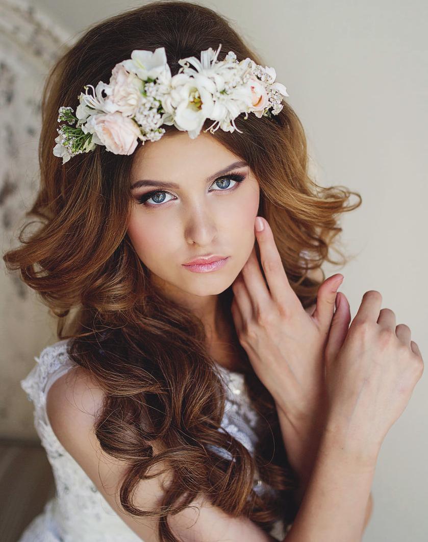Прически на длинные волосы с ободком из цветов.