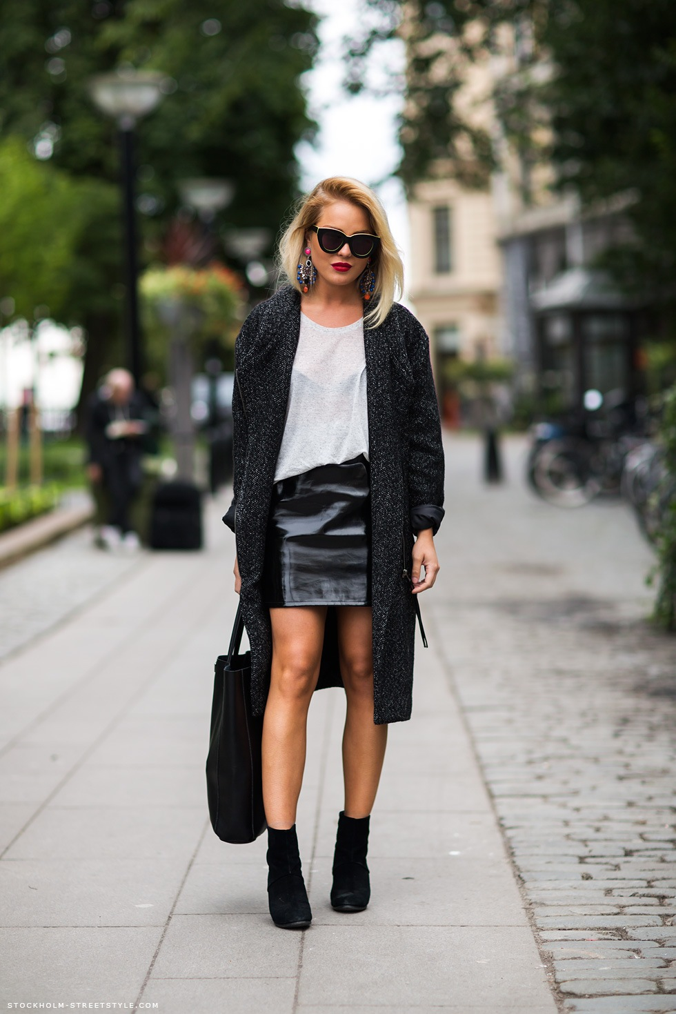 Стиль 90-х и черная мини-юбка.