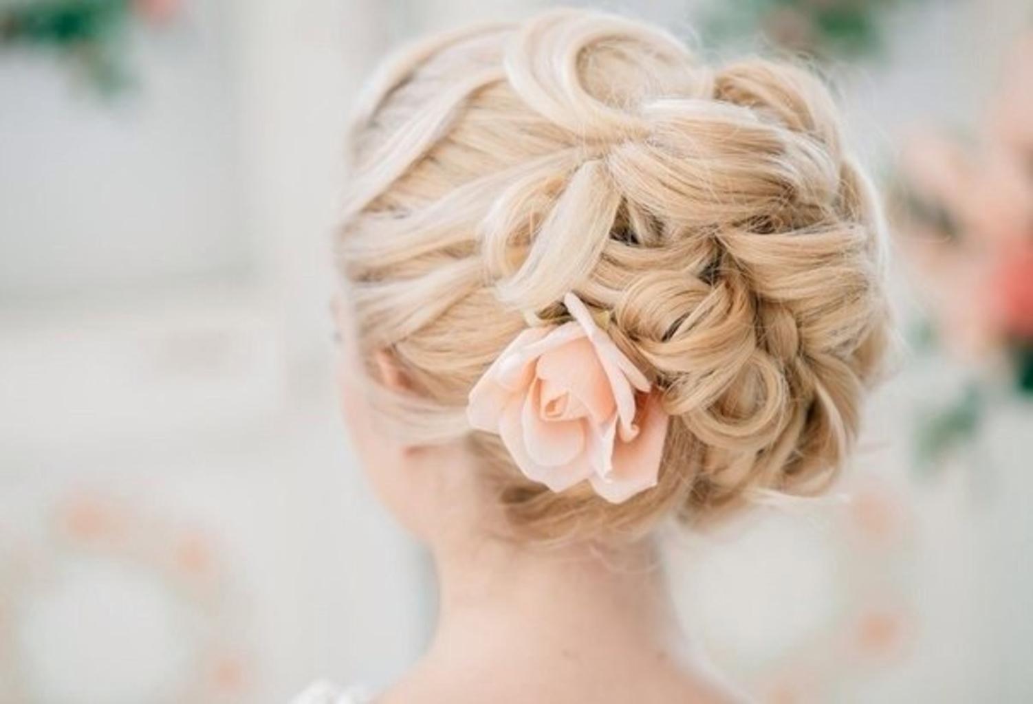 Прически на длинные волосы с красивым цветком.
