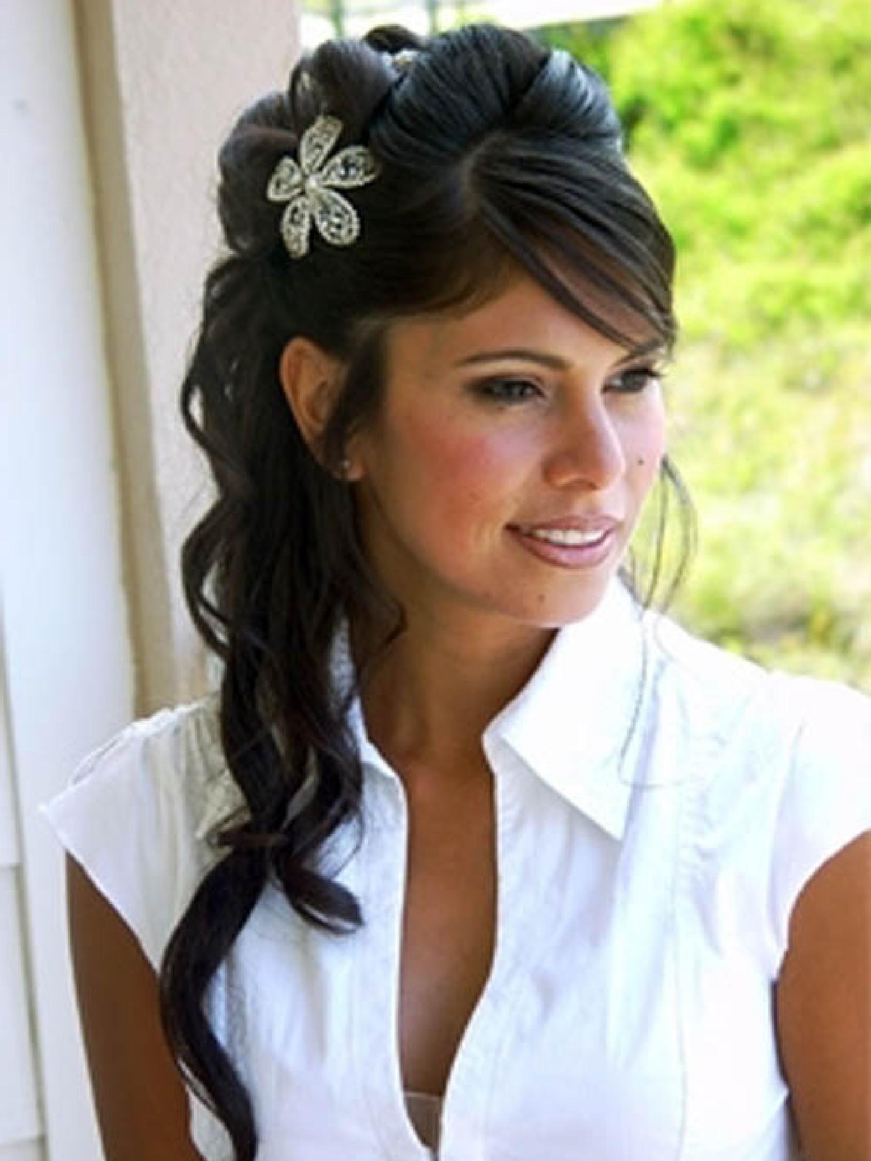 Прически на длинные волосы с цветочным украшением.