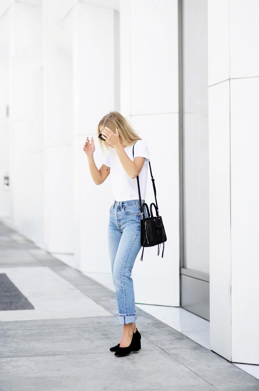 Белая футболка с джинсами в стиле 90-х
