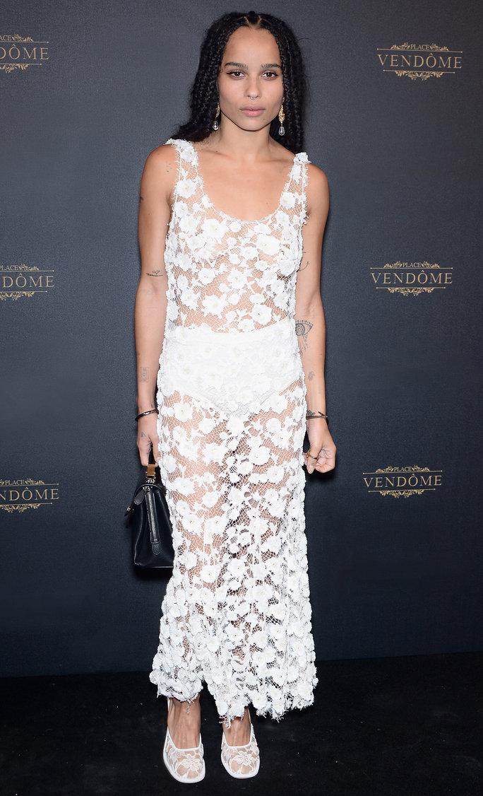 Стиль Зои Кравиц - белое кружевное прозрачное платье.