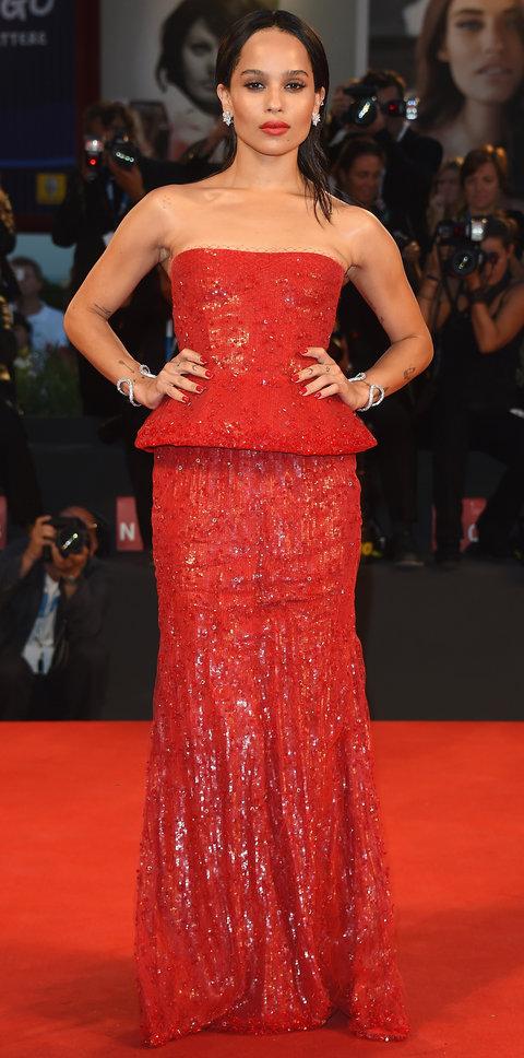 Стиль Зои Кравиц -красное платье в пол, сверкающем тысячами блесток,Парные браслеты на обеих руках, небольшие серьги.