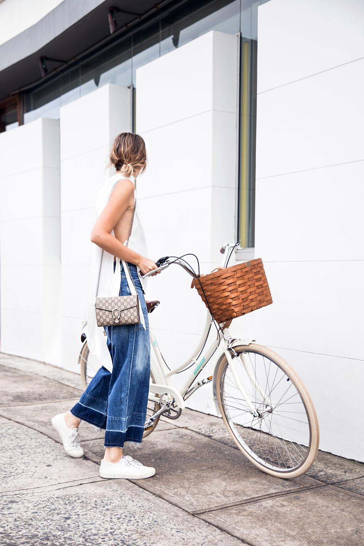 Укороченные широкие джинсы – самый новый тренд этого сезона.