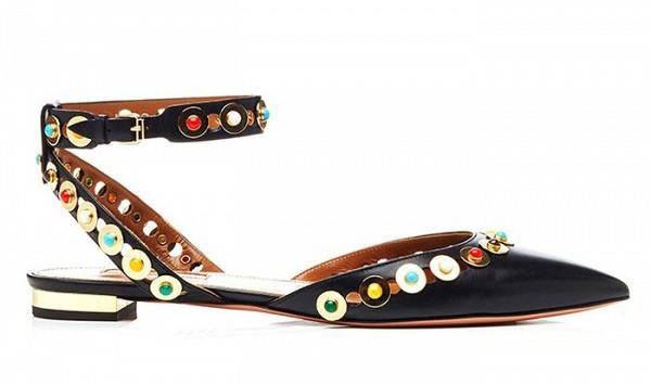 Туфли на низком каблуке черного цвета с открытой пяткой и ремешком вокруг щиколотки.
