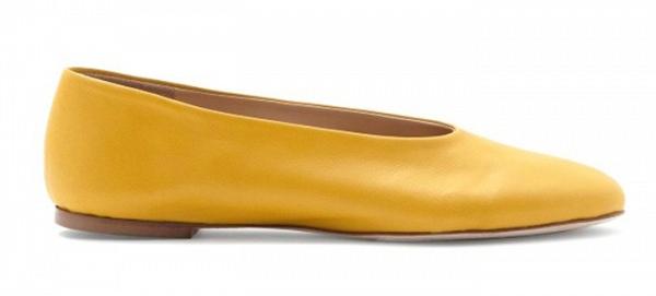 Туфли на низком каблуке горчичного цвета из коллекции COS.