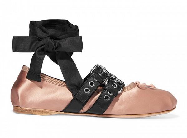 Туфли розово цвета на сплошной подошве с завязками на щиколотке из коллекции Miu Miu.