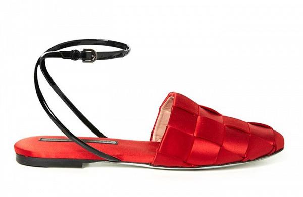 Туфли на низком каблуке с тонким ремешком на щиколотке, но предпочёл в этом случае обувь с открытой пяткой из коллекции Marco de Vincenzo.