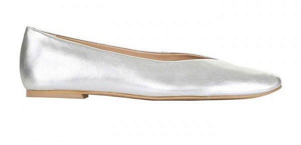 Туфли на низком каблуке серебристого цвета из коллекции COS.