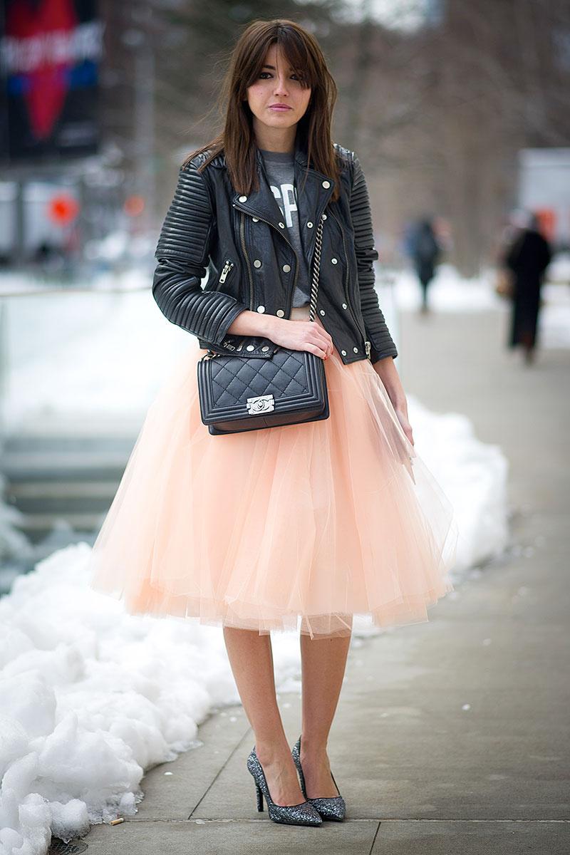 Многослойная нежно розоавя юбка с кожаной курткой.