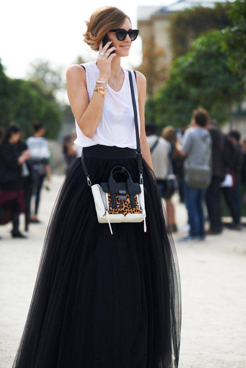 Многослойная черная длинная юбка с белым топом.