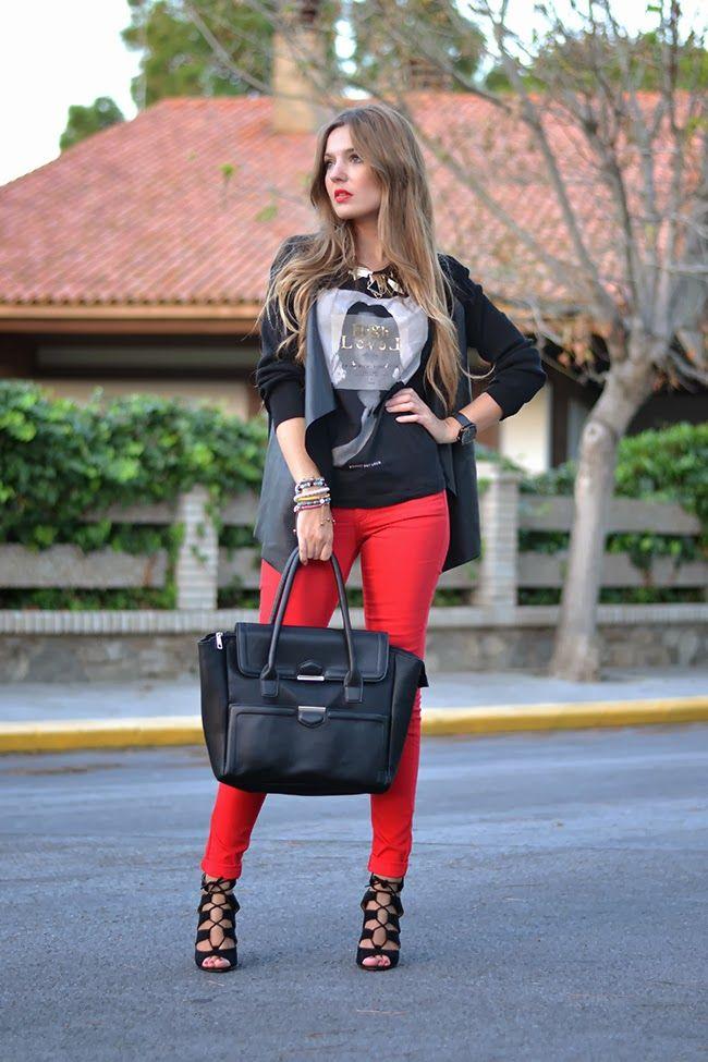 Красные брюки с темным верхом .