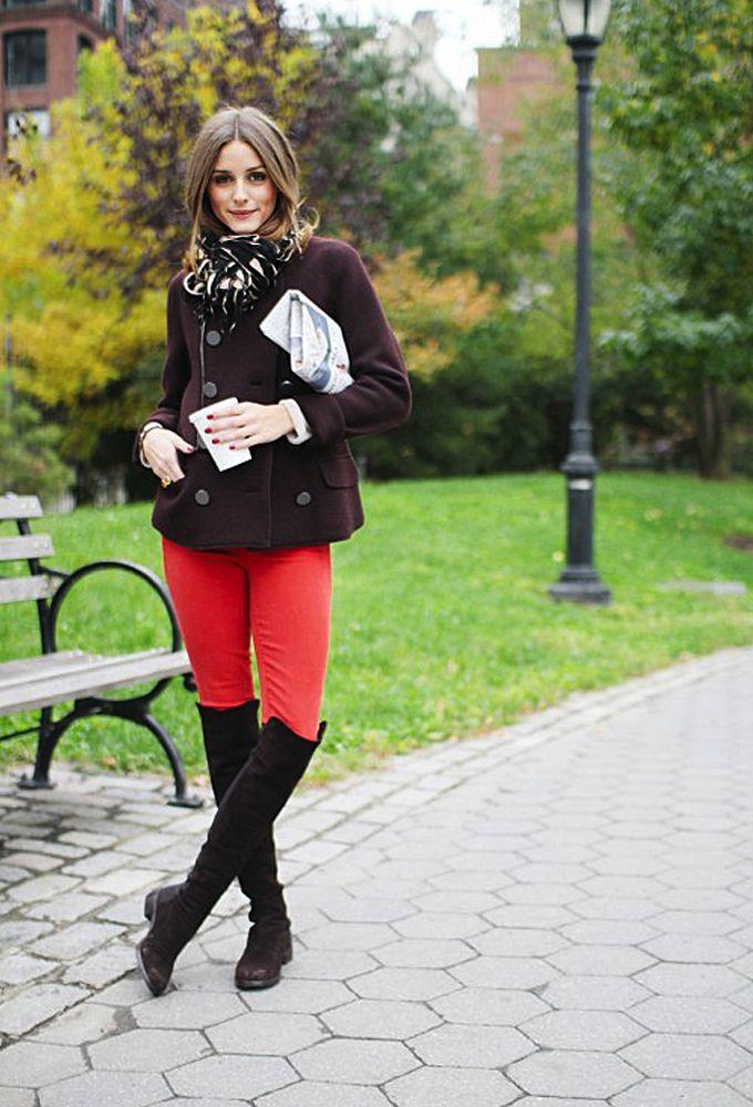 Красные брюки с темно коричневой драповой курточкой и черными сапогами.
