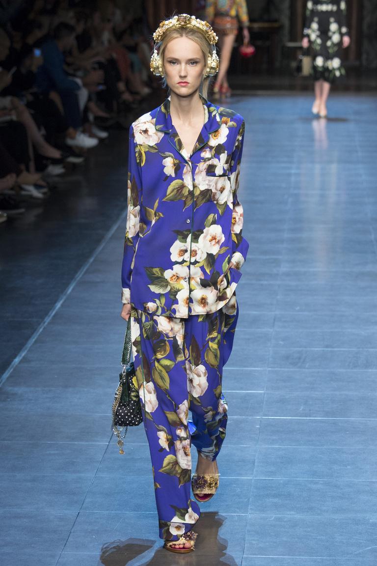 Брючный костюм пижамного стиля с цветочным принтом из коллекции Dolce & Gabbana.