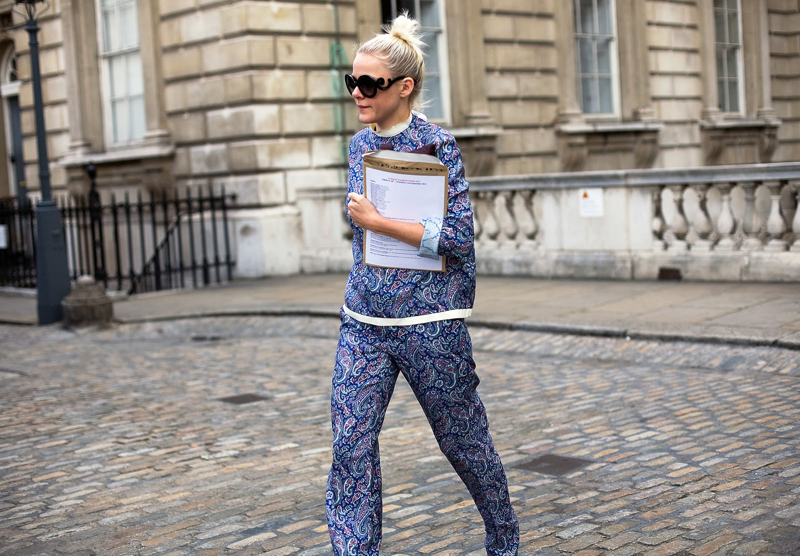 Синий брючный костюм пижамного стиля.