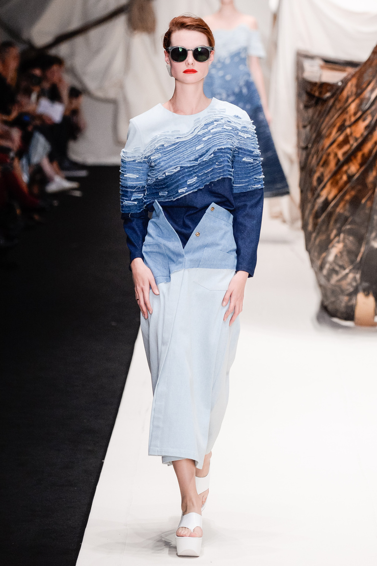 Кофта синего и юбка серого цвета из коллекции Alena Akhmadullina.
