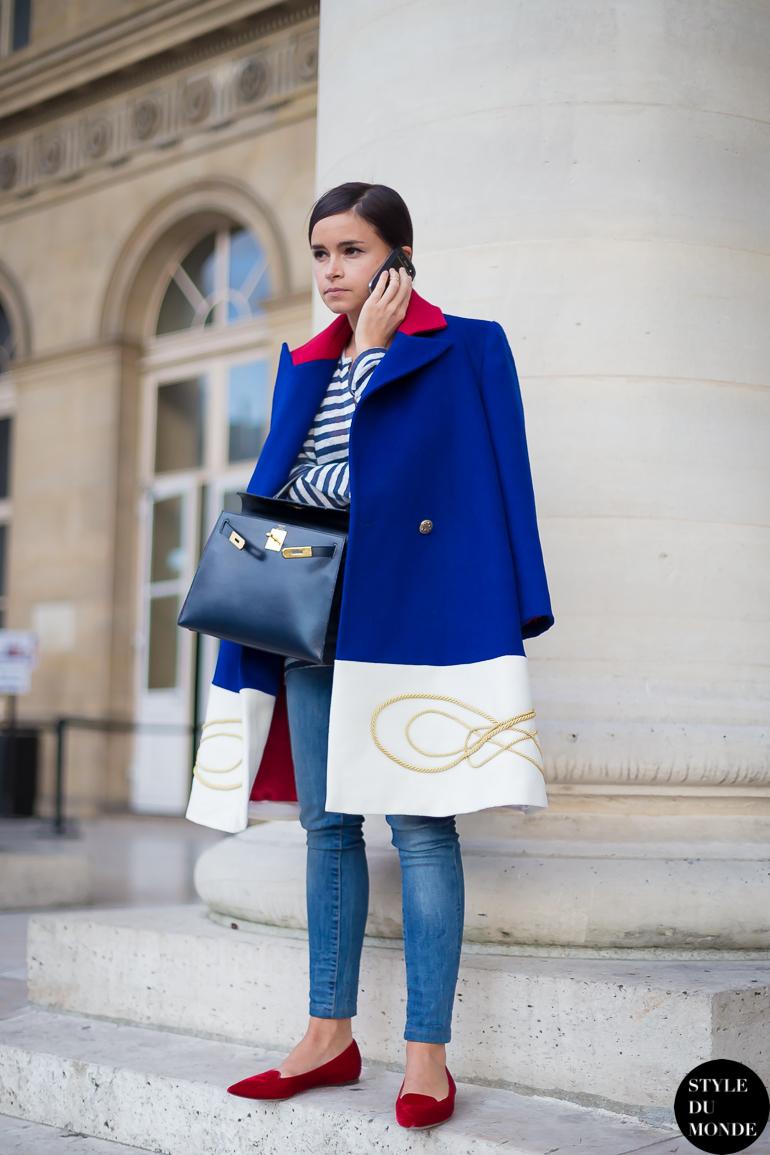 Пальто оверсайз с джинсами и туфлями лодочками.