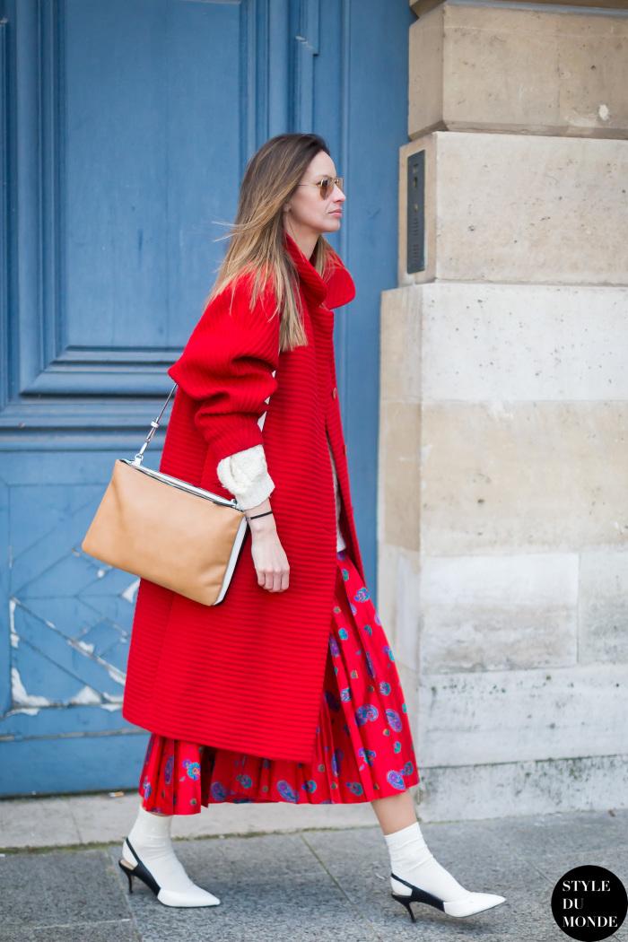 Красное пальто оверсайз.
