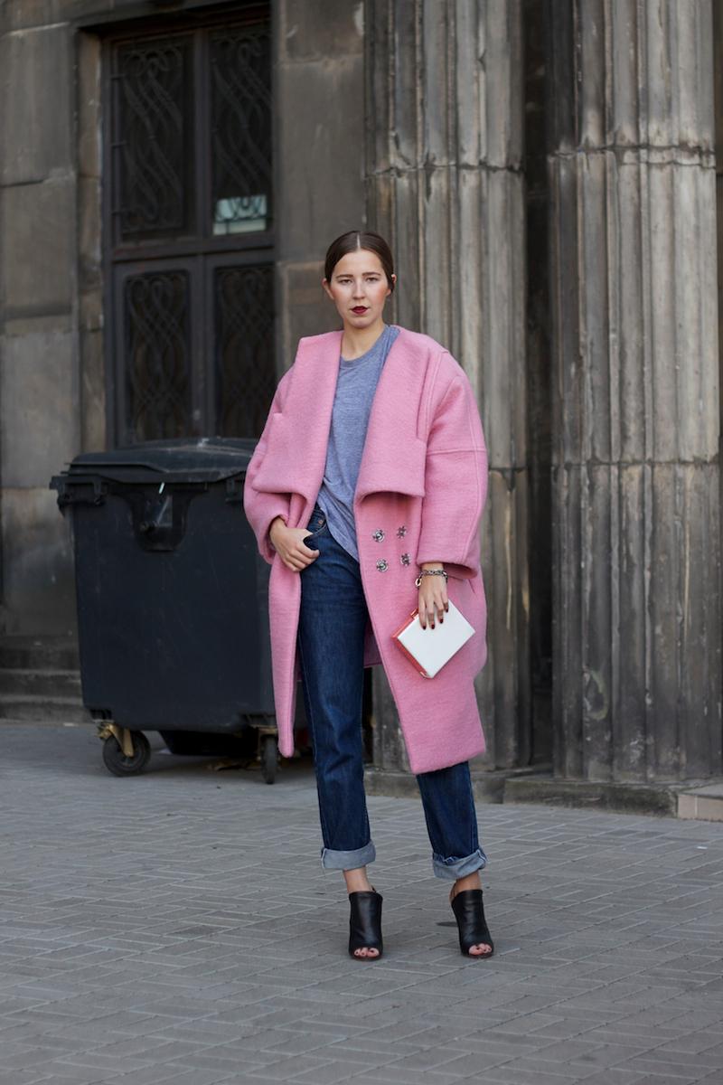 Розовое пальто оверсайз с джинсами с отворотами.