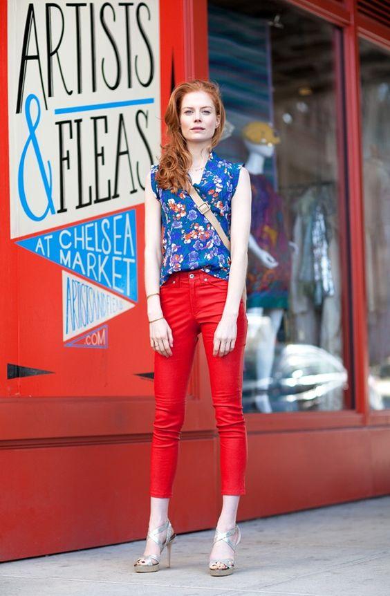 Красные джинсы с синей блузочкой с красным принтом.