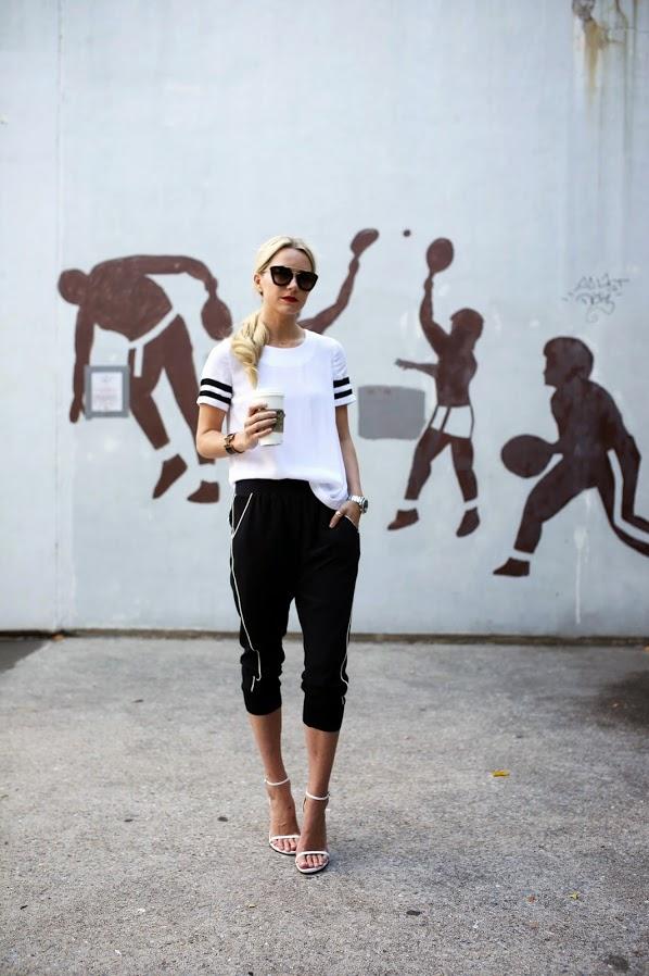 Спортивный стиль сочетание брюки джоггеры с белым топом.