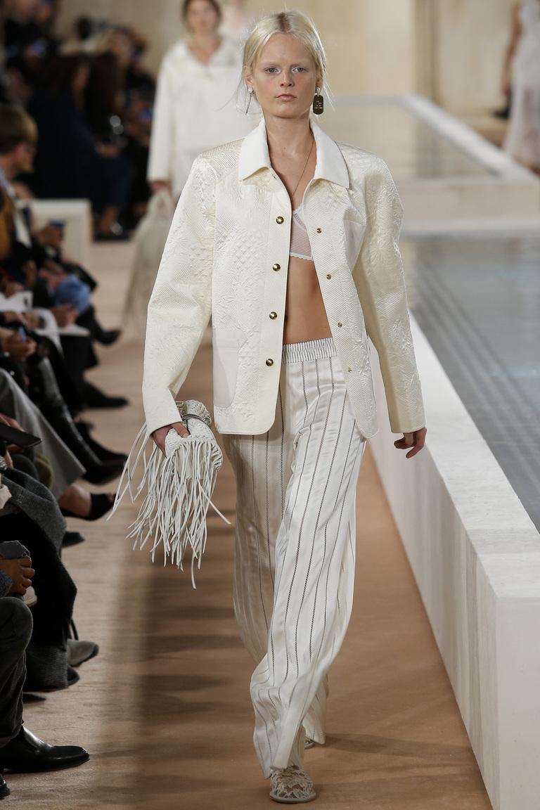 Светлые брюки в полоску с белым пиджаком из коллекции Светлые брюки в полоску с белым топом из коллекции Balenciaga.