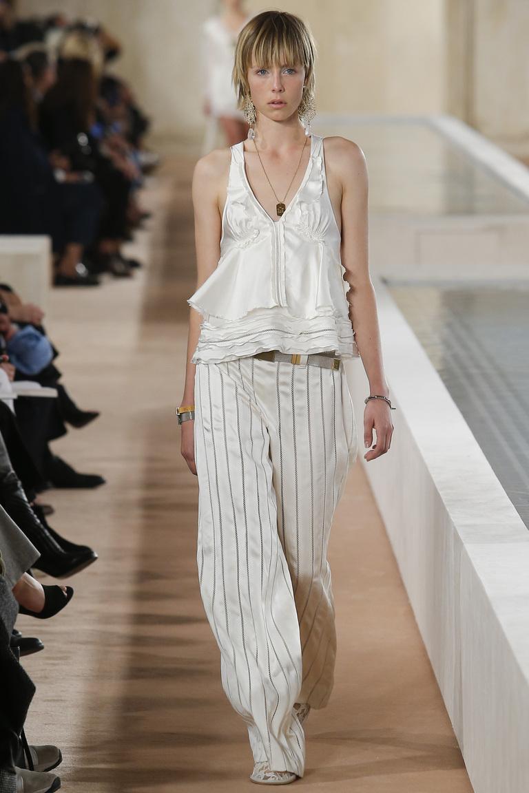 Светлые брюки в полоску с белым топом из коллекции Balenciaga.