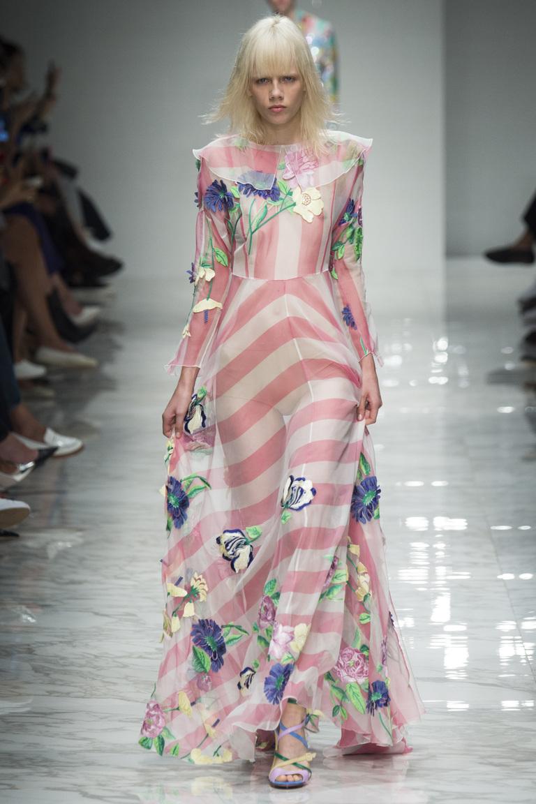 Длинное платье с розовыми полосками и цветочным принтом из коллекции Blumarine.