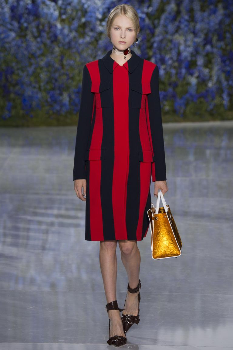 Черное платье с вертикальными красными полосками из коллекции Christian Dior.