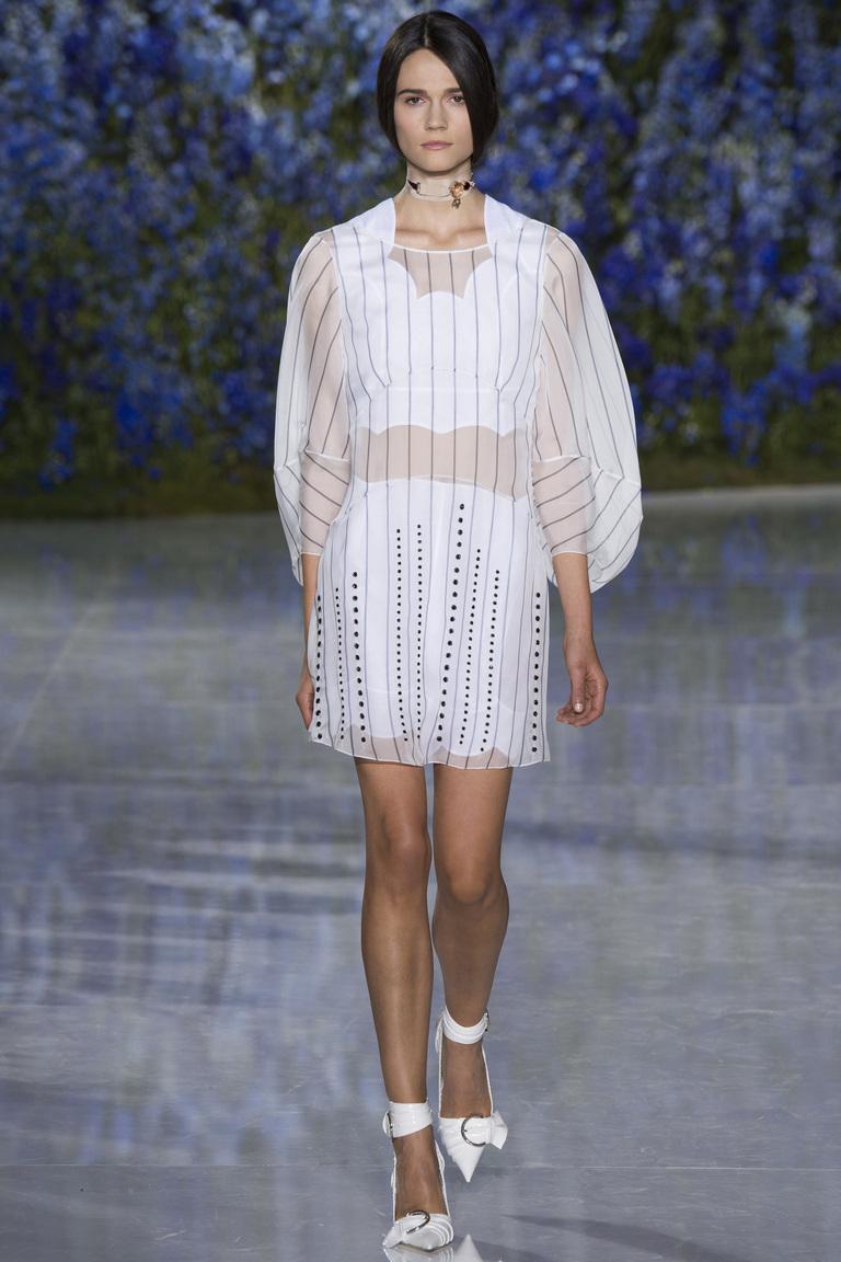 Белое прозрачное платье в горизонтальнуюю полоску из коллекции Dolce-Gabbana.
