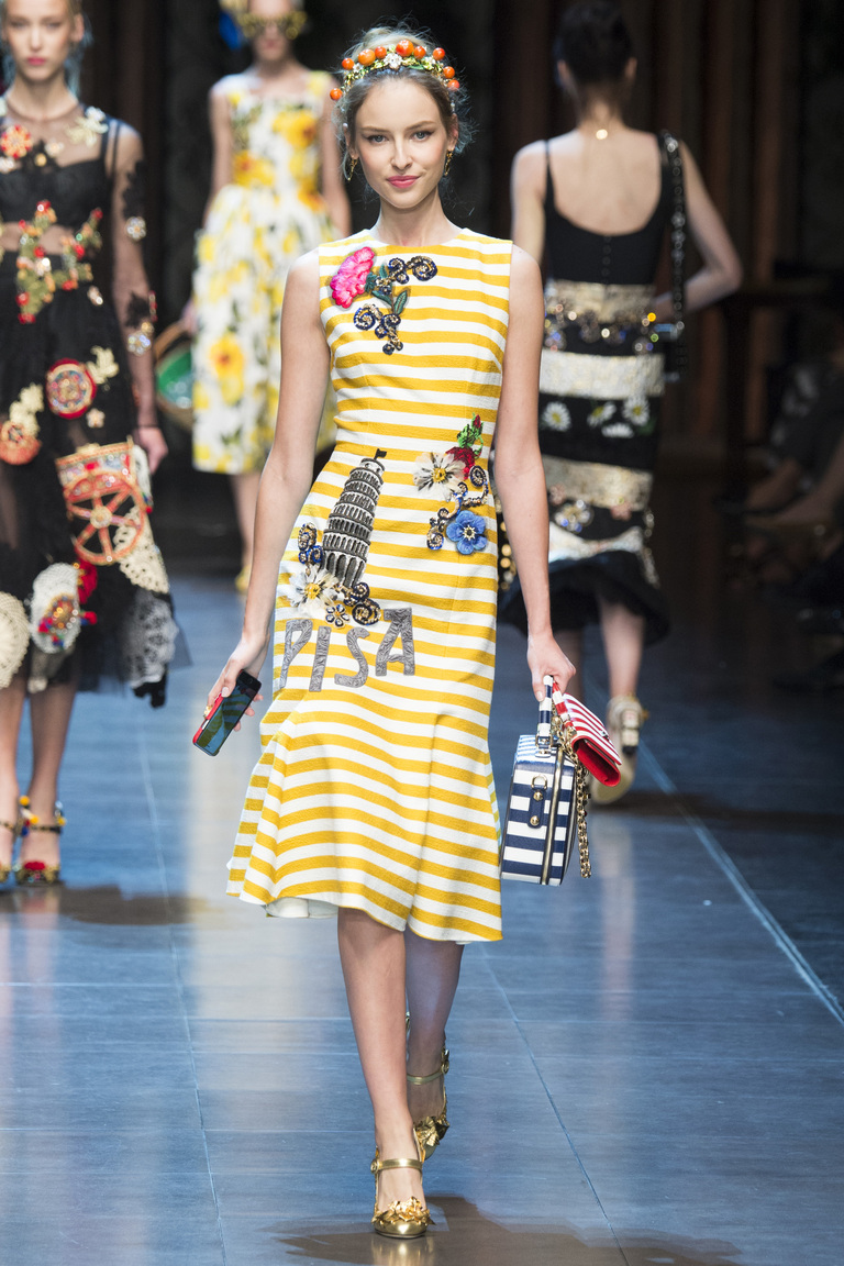 Желтое латье с вертикальными белыми полосками и цвточным принтом из коллекции Dolce & Gabbana.