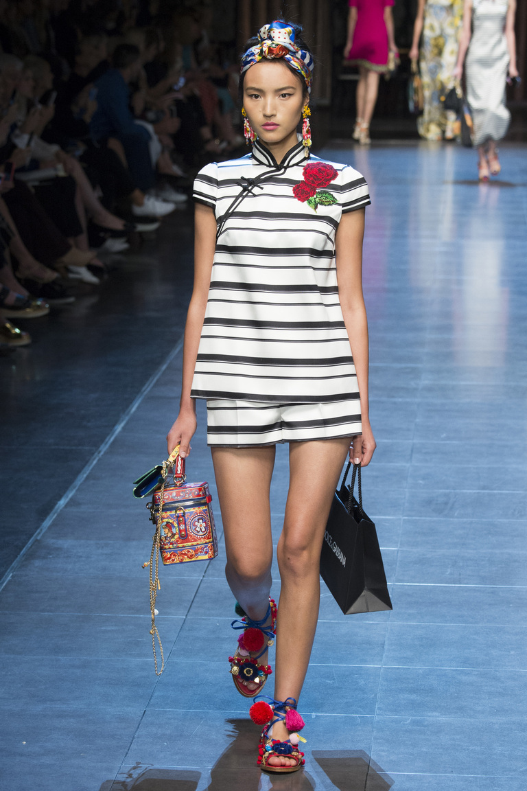 Костюм с полоску из коллекции Dolce-Gabbana.