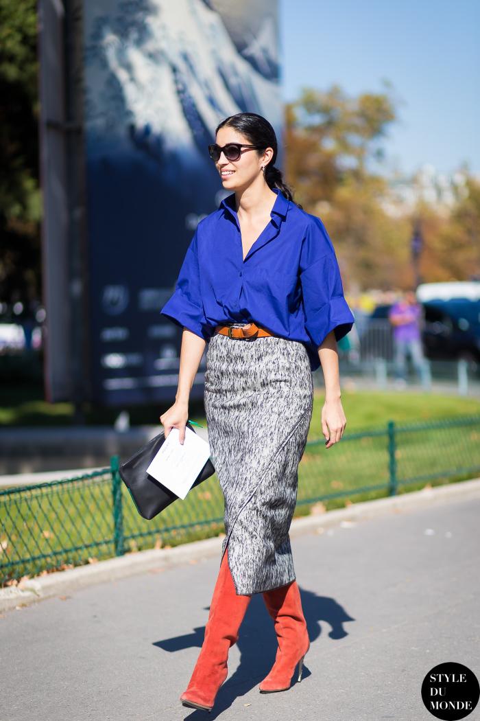 Тренд сезона – синяя объемная рубашка в сочетании с серой юбкой и красными сапогами.