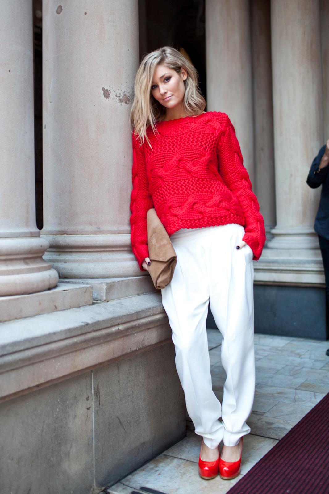 Красная кофта с белыми брюками и красные туфли.
