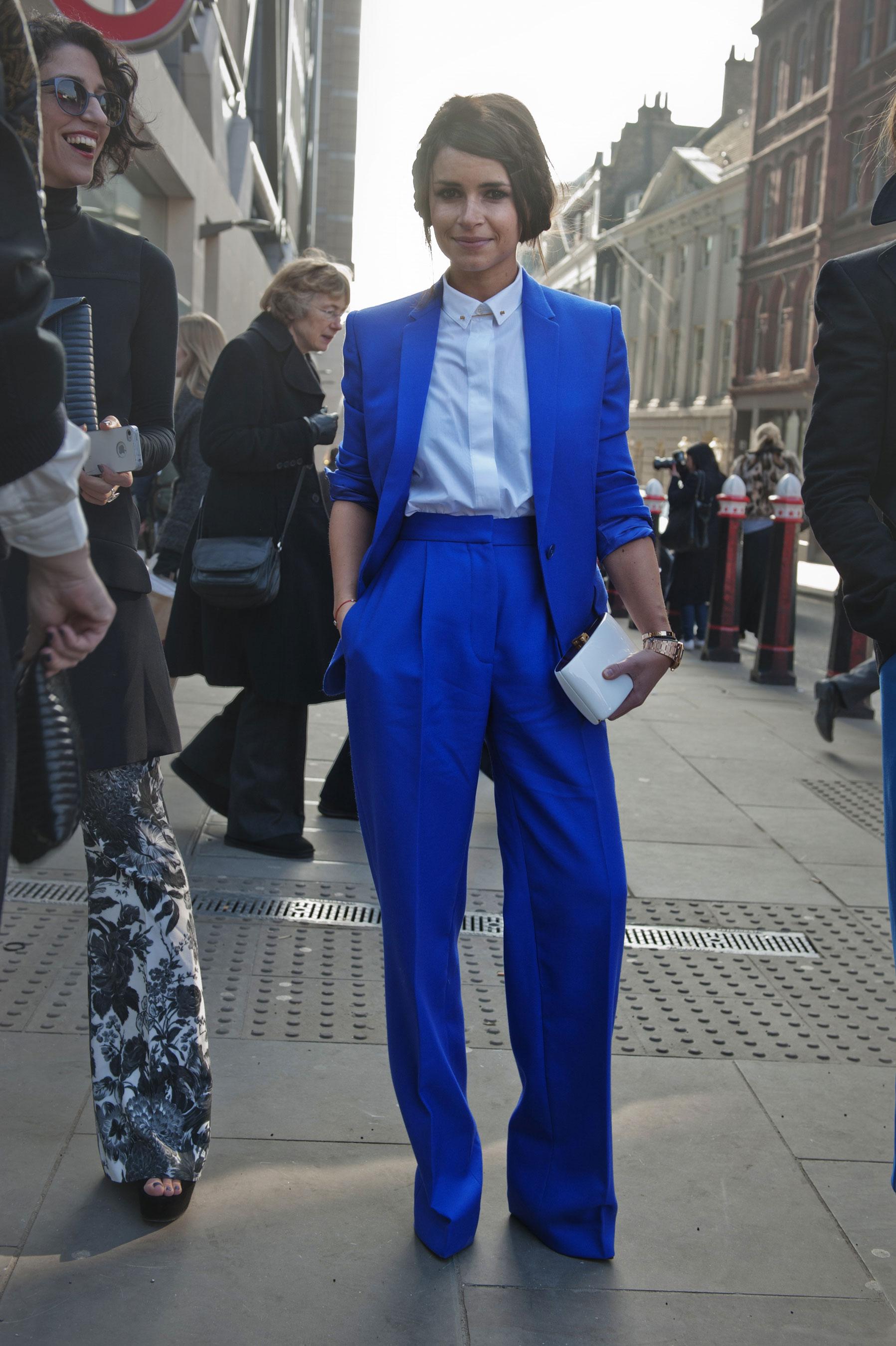 Ярко синий брючный костюм с голубой блузой.
