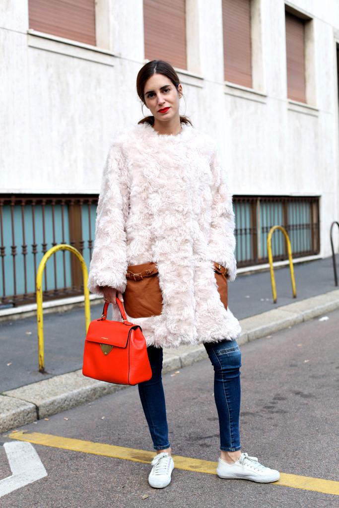 Стиль оверсайз платье в сочетании с узкими джинсами белыми туфлями.