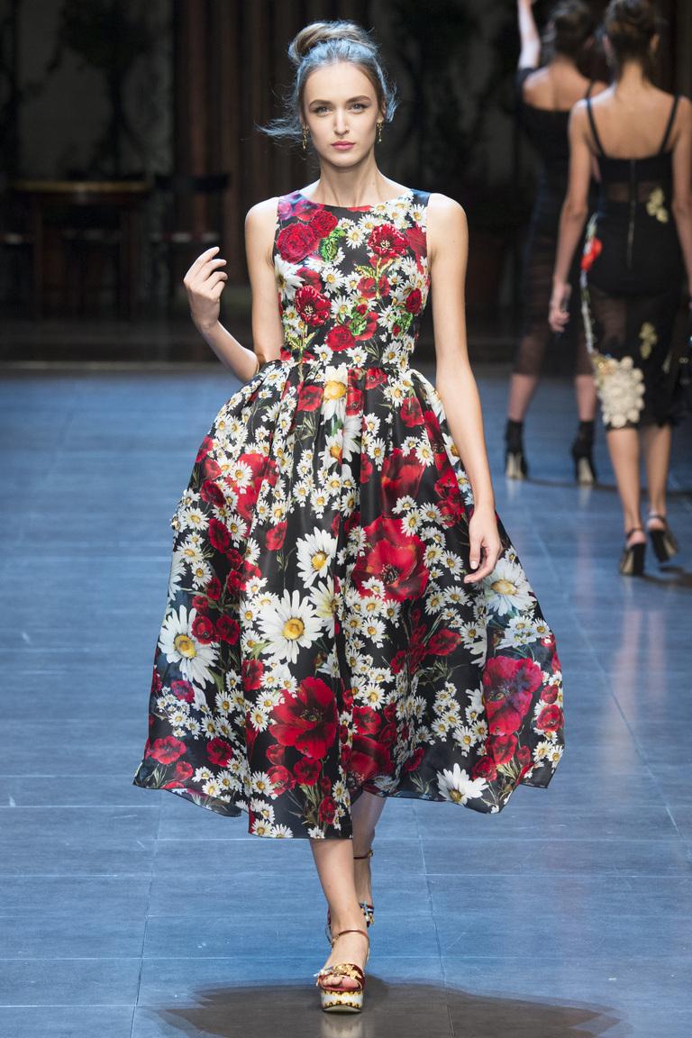 Яркое платье с цветочным принтом из коллекции Dolce & Gabbana.