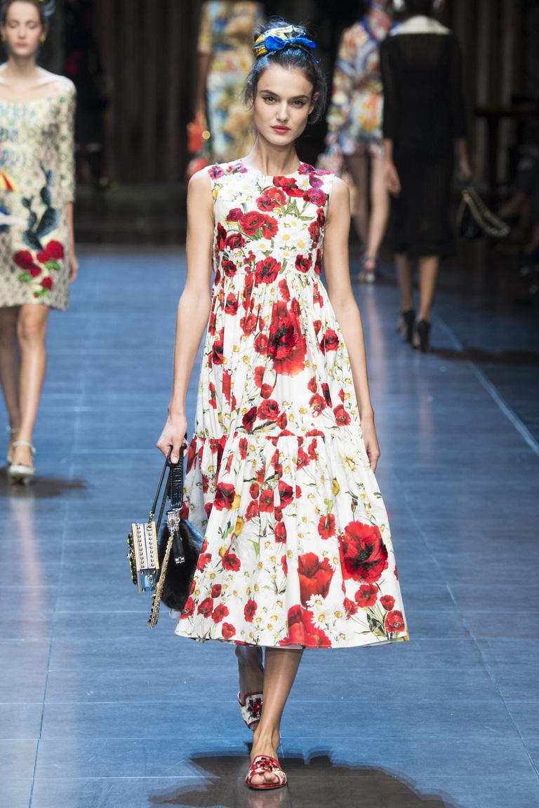 Платье с ярким цветочным принтом из коллекции Dolce & Gabbana.