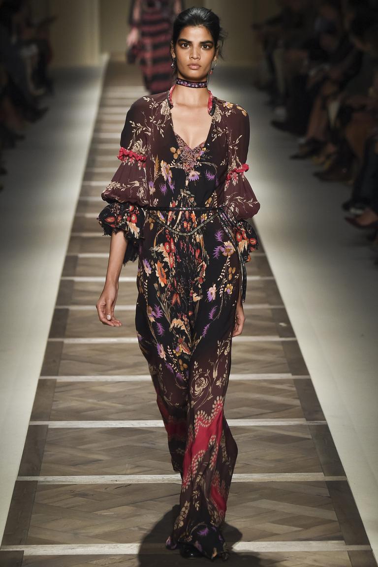 Длинное платье с цветочным принтом из коллекции из Etro.