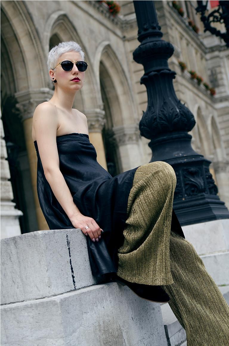 Стиль оверсайз расклешенные брюки с платьем декольте.