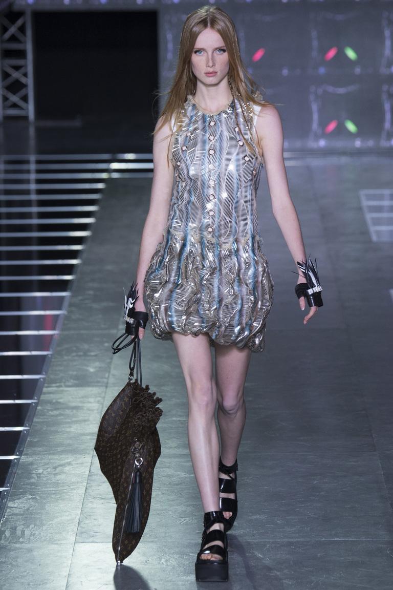 Платье из фольгированной ткани из коллекции Louis-Vuitton.