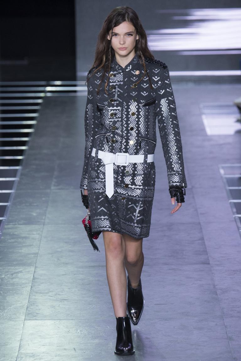 Футуристичное платье в сочетании с массивной обувью из коллекции Louis- Vuitton.
