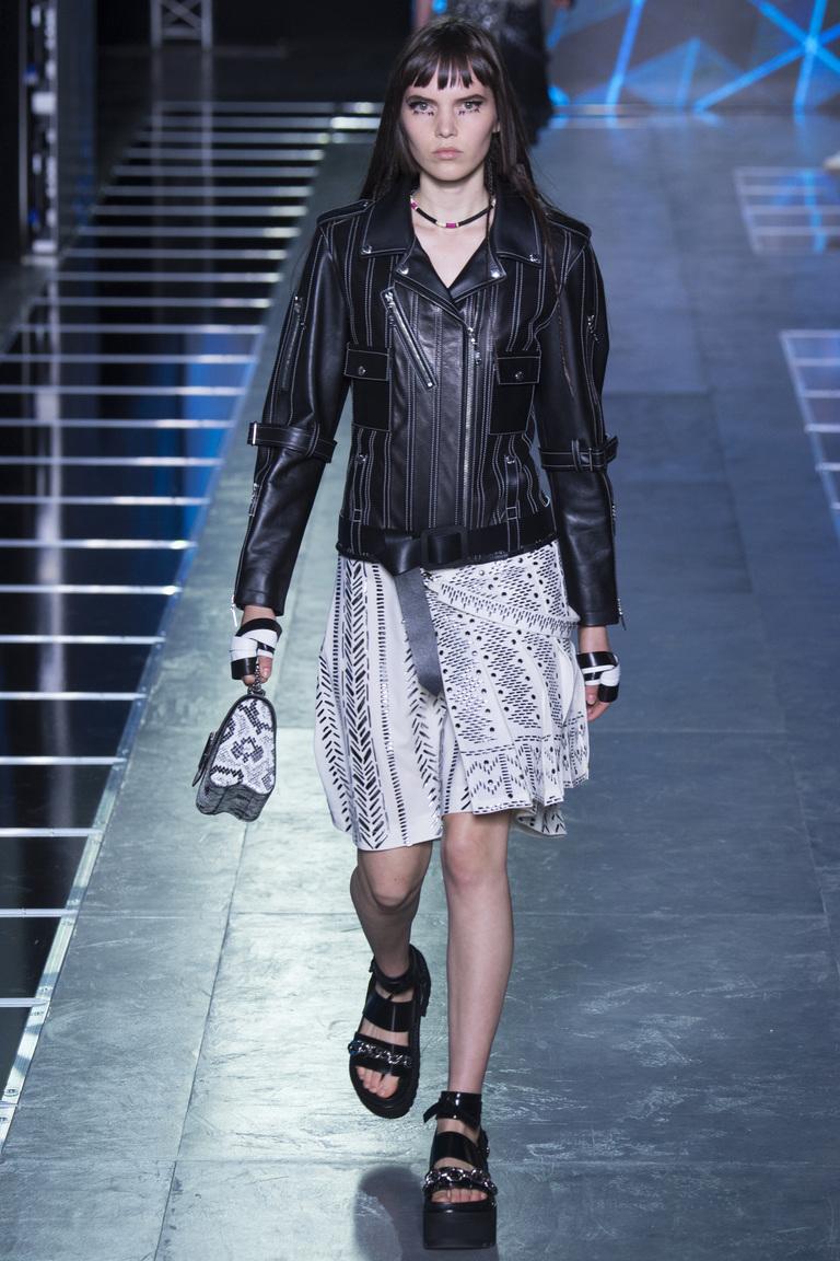 Кожаная черная куртка сс светлой летней юбкой - фотоновинка из коллекции Louis Vuitton.