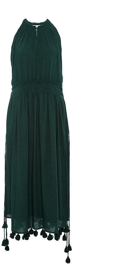 Помпоны – тренд сезона помпоны оригинально пришиты к низу темно зеленого платья.