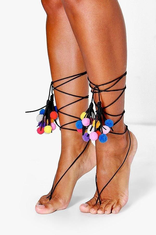 Помпоны – тренд сезона ноги украшенные разноцветными томпонами.