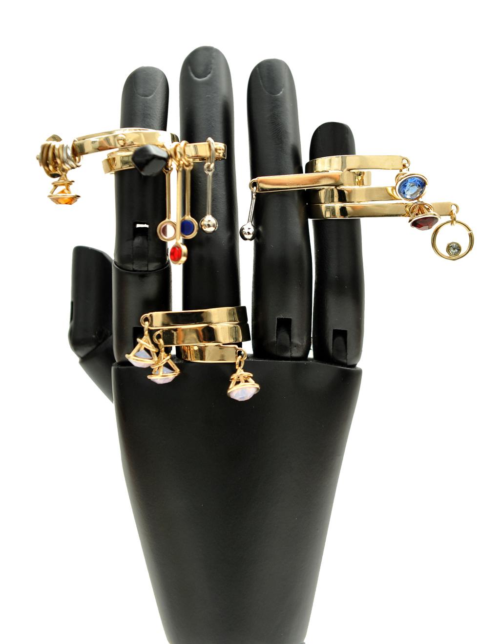 Кольца от марки Dior оснащены камнями, бусинами и диковинными украшениями, которые крепятся на кольца.