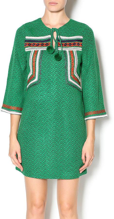 Помпоны – тренд сезона платье на завязке с попмонами.