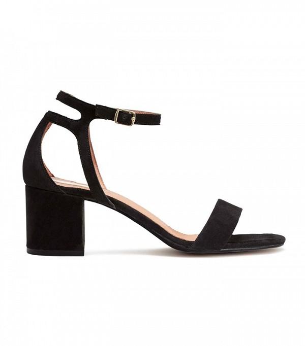 На фото: сандалии на каблуке черной расцветки от HM.