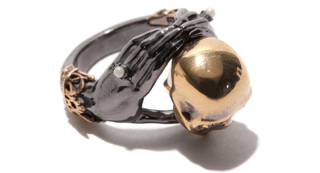 McQueen – кольцо, на котором руки обнимают череп.