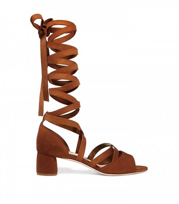 Сандалии на каблуке с высокими ремешками дополнены оригинальными кисточками ремешками, от Miu-Miu.